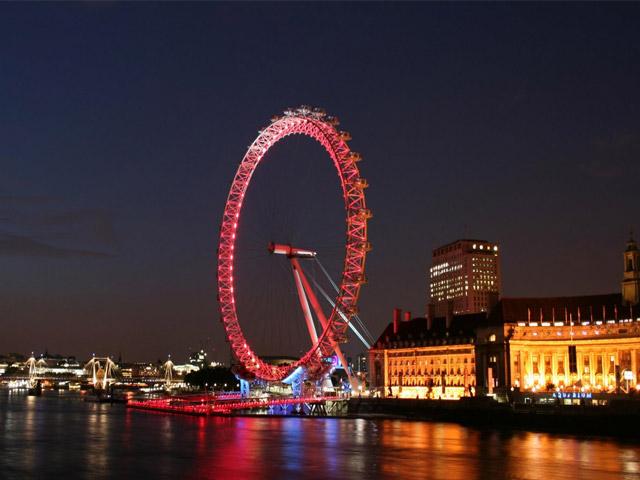Оборудованное светодиодным освещением, колесо в темное время суток представляет собой захватывающее зрелище. Не зря оно стало одной из основных достопримечательностей британской столицы. Посещая Англию, обязательно покатайтесь на «Лондонском глазе» – получите море удовольствия и восторга.