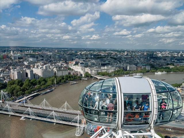 Каждая такая капсула, имеющая яйцеобразную форму, символизирует один из лондонских районов. Она весит 10т и может вмещать 25 человек. Скорость вращения колеса около 0,9 км/ч. Чтобы сделать полный оборот, требуется 30 мин. Как правило, «Лондонский глаз» вращается без остановки. Исключения делаются в тех случаях, когда требуется посадка детям, престарелым и инвалидам.