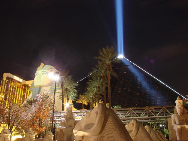 Здание представляет собой египетскую пирамиду в 30 этажей. . А рядом с пирамидой расположился сфинкс! К тому же на верхушке сооружения расположили проектор, который всегда горит в темное время суток, направляя свой луч вверх. Говорят даже, что это самый мощный луч в мире. Его можно увидеть и из космоса.