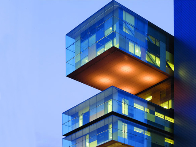 Снаружи здание чем-то напоминает комод с ящиками разной высоты и выдвинутыми на разном уровне.