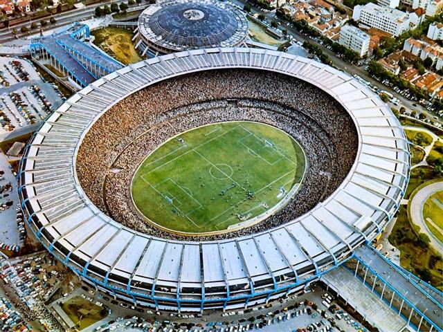Стадион, до того, как убрали стоячие места, считался самым крупным в мире. Но выстроен он пологим овалом-амфитеатром так, что сразу трудно поверить, что его вместительность 120 тысяч человек.