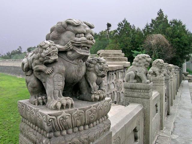 На легендарном мосту высятся украшения – статуи в виде львов. Изначально их было 627, а теперь, по различным подсчетам, их число варьируется от 482 до 496. Определить точное количество вряд ли возможно: львы построены так, что многие из них на своем туловище прячут других львов поменьше.
