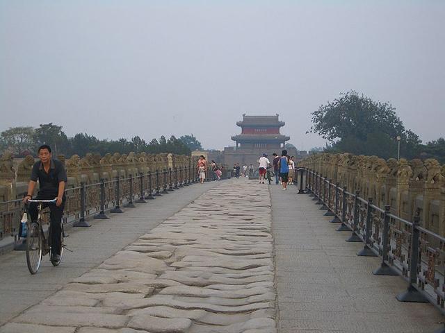 Всего длина моста составляет чуть больше 265 метров, а в ширину он около 9,5 метров. Мост держится на 280 опорных столбах. В обоих концах моста по обе стороны находятся четыре колонны высотой по 4,6 метра.