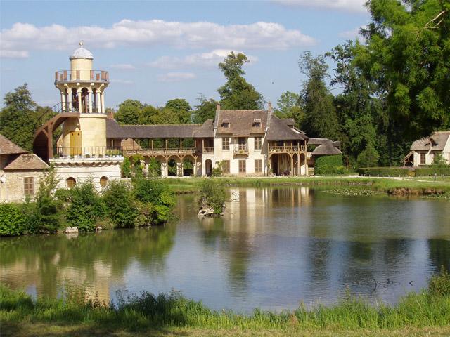Юная королева Франции Мария-Антуанетта в 1775г. получила подарок от своего супруга Людовика XVI. Им оказался Малый Трианон, дворец, расположенный на территории Версаля. Ранее он принадлежал фаворитке короля мадам Помпадур. Новая хозяйка рьяно взялась за перестройку Трианона, выбрав пейзажный английский стиль. В конечном итоге замок совершенно преобразился – тут появился парк с извилистыми тропинками и ручьями, сбегающими с живописных склонов. Главными достопримечательностями Трианона стал знаменитый храм Любви и королевская деревня Амо де ля Рен.