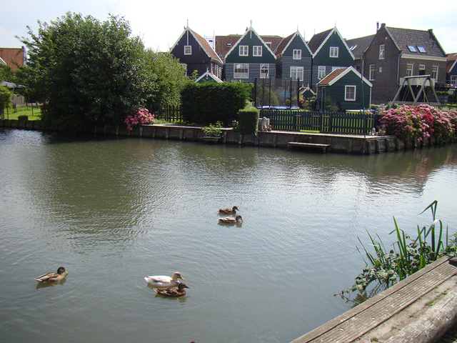 Островок Маркен, находящийся в двадцати километрах от Амстердама, по праву может служить символом Нидерландов – одинаковые аккуратные зеленоватые домики на сваях, выстроившиеся вдоль воды, совершенные старинные архитектурные объекты и крошечные дворики создают неповторимую атмосферу и уникальный колорит.