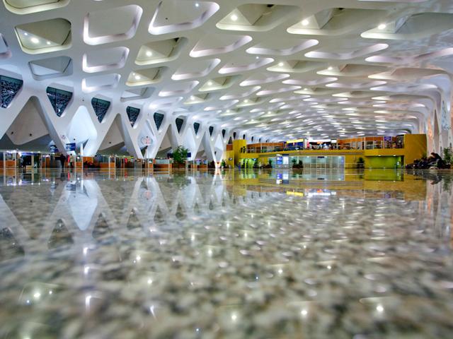 Во многом, аэропорт напоминает великолепный современный дворец. Марракеш Менара построили еще в 2008 году. В то время архитекторы, работающие над этим проектом, думали только о двух вещах: экологичной чистоте и чистом натуральном свете.