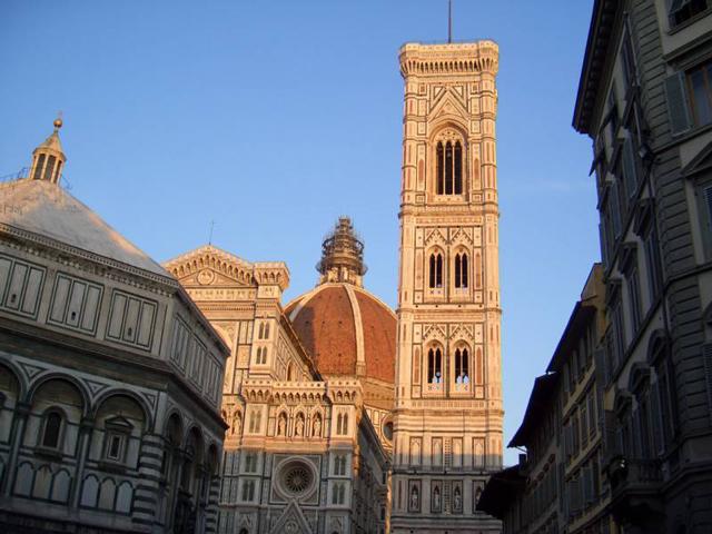 Папа Лев X, тогда еще кардинал, заказал Микеланджело отделку фасада церкви, построенной Брунеллески, но быстро охладел к своей затее, и расторг договор. Все же Микеланджело оставил потомкам Новую ризницу, на украшение которой было потрачено 14 лет.