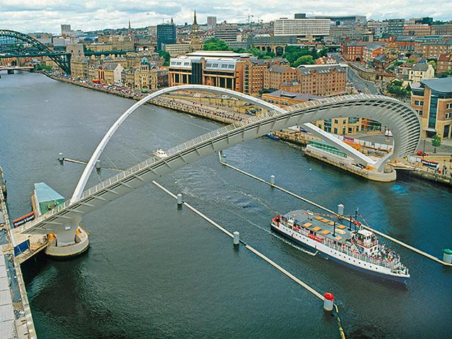 В честь начала нового тысячелетия над Темзой выстроили новый ультрасовременный мост Миллениум бридж.