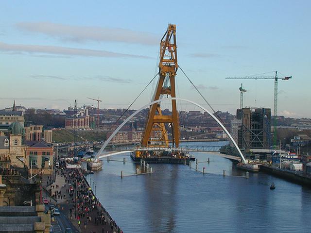Когда мост открыли, огромная толпа поспешила испытать его, но мост вдруг закачался под напором тяжести.