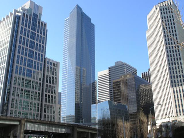 Этот небоскреб возвышается на 58 этажей над землей и выстроен из голубого стекла