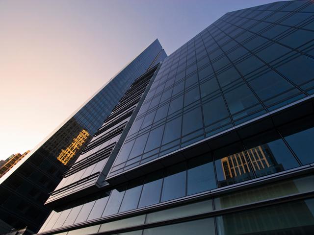 Если говорить о внешнем впечатлении, то небоскреб напоминает огромный кристалл, обрамляющий горизонт города.