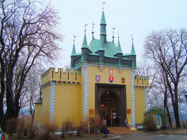 Сам аттракцион по-чешски называется Bludiste. Уникальный Петршиный холм, где и расположен зеркальный лабиринт, сыграл немаловажную роль в истории Чехии. Сначала павильончик с кривыми зеркалами появился совсем в другом месте, в самом центре столицы страны.