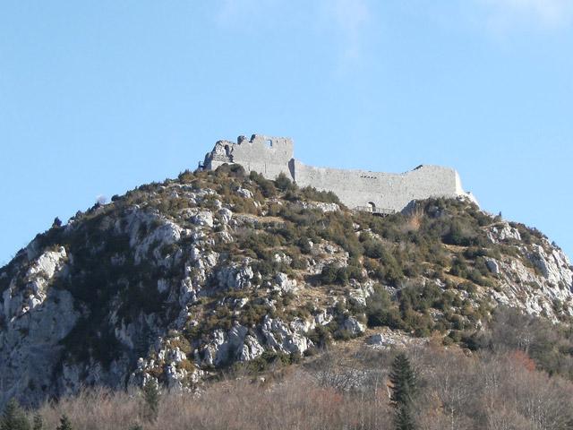 Наверное, ни одна крепость во Франции не получила столько разнообразных мифов и легенд, как крепость Монсегюр. И это не странно, ведь история возведения и создания ее навсегда останется в тумане тайн и секретов.