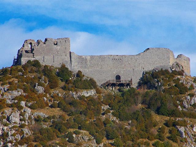 Когда в марте 1244 года крестоносцы ворвались в крепость Монсегюр, двести катаров выбрали смерть в огне. Сегодня крепость притягивает взгляды туристов своим неприступным видом, тайнами религиозной группы катаров, необычностью их ритуалов. Многие ученые уверены, что именно в крепости Монсегюр когда-то оберегали самую важную ценности христианства – чашу Грааль.