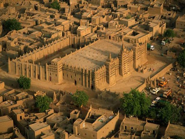 Первоначально в XIII веке здесь стояла другая мечеть, а мечеть из глины возвели только в начале XX века. На строительстве трудились рабы, а следил за её возведением Исмаил Траоре.