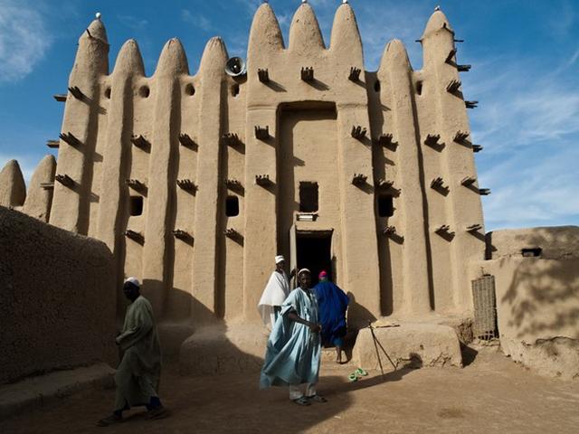 После открытия мечеть сразу привлекла внимание и стала одной из самых значимых и интересных культурных объектов Африки. В конце прошлого столетия эту великую мечеть ЮНЕСКО внесла в список объектов Всемирного наследия.