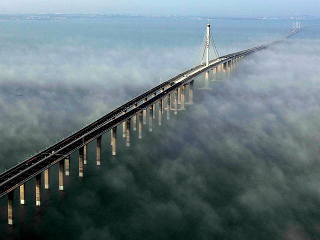 Строительство его шло четыре года, и церемония открытия состоялась в 2007 году. Однако тогда мост открыли только для тестовой езды, простые люди смогли по нему прокатиться только через год.
