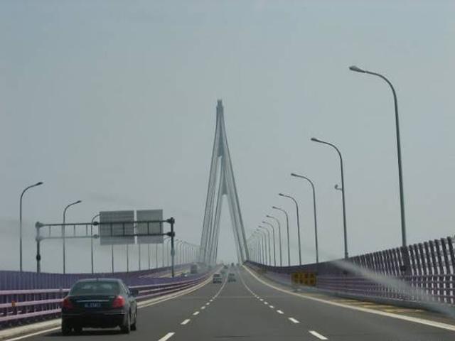 На прямых дорогах аварийность не снижается даже с введением скоростных ограничений. Но, в случае с мостом Ханчжоу Бей, это тоже не является причиной его формы. Дело в том, что мосты большой протяженности оказывают усыпляющее действие на водителей. И чем больше длина моста, тем сильнее расслабляется водитель. Как раз для борьбы с этим самому протяженному мосту придана S-образная форма.