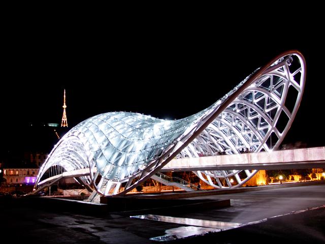 Несмотря на то, что главной функцией моста есть все же соединение двух берегов, он также является интерактивной световой системой. Благодаря огромному количеству лампочек, на его навесе каждый час появляется новое сообщение, которое передается с помощью азбуки Морзе.