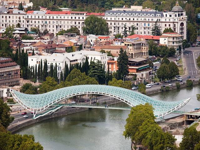 Мост Мира является непростой стальной конструкцией, которая также имеет стеклянные элементы. Он помогает соединить два берега реки Мтквари, а также разные части города.