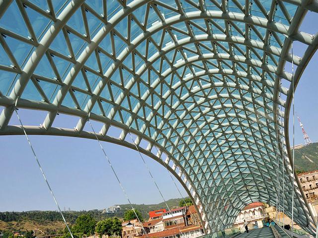 Интересным элементом моста считается уникальный навес над его центром, который состоит из стекла и металла. Он находится на высоте в 150 метров. Проект постройки уникального сооружения был идеей местного мэра, который решил, что городу нужна особая современная достопримечательность.