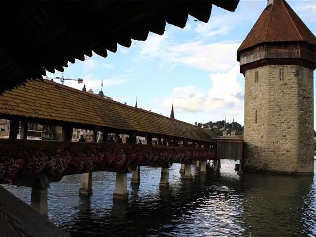 Кроме того, мост несет в себе и культурное наследие, ведь его внутренние стены были расписаны известным живописцем Гансом Хайнрихом Вегманом.