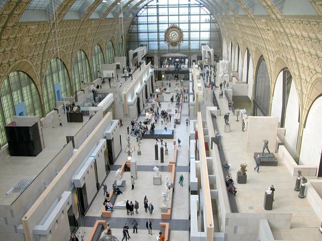 Стеклянный свод позволяет равномерно осветить зал, а грандиозные размеры нефа придают ещё большую вычурность всей размещенной композиции. Произведения искусства импрессионистов и постимпрессионистов находятся в залах верхней галереи.