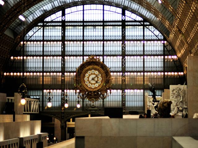 Вокзал был очень функционален, и кроме этого, все его элементы удостаивались пристального внимания, будь то светящиеся часы, громадная высота или величественный неф. Однако уже к концу 60-ых годов вокзал постарел, и о нем забыли.