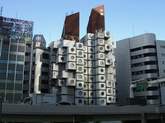 Это наполовину офисное, наполовину жилое здание получило название «башня Накагин».