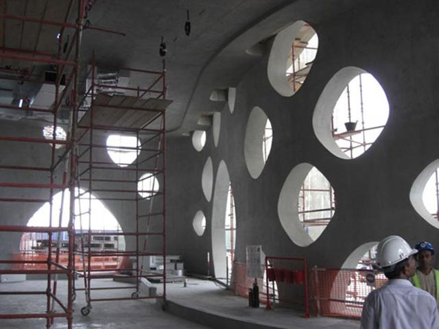 Внешний вид сооружения также достоин внимания. Вся поверхность здания усеяна круглыми отверстиями различных диаметров. Их здесь около тысячи.
