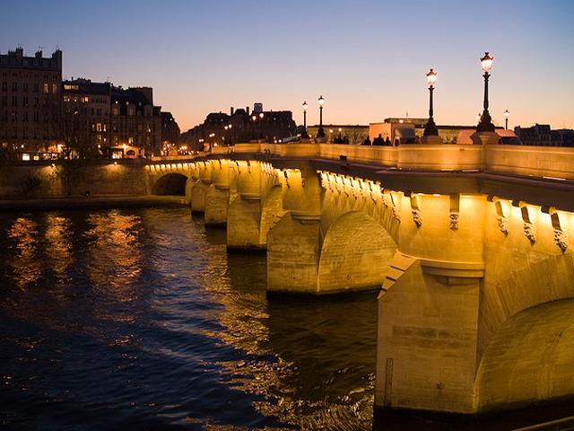 Новый мост построен в романском стиле, впрочем, как и большинство мостов того времени. Хотя, одно отличие есть. В ту пору на всех парижских мостах по обе стороны стояли дома, а Новый мост обошелся без этого «почетного караула».