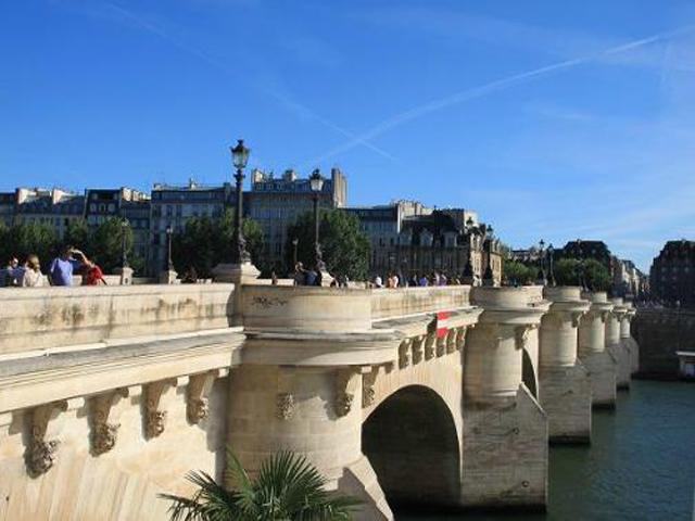 В 2007 году мост, отремонтированный и отреставрированный, отметил свое 400-летие. На Новый мост любят приходить и парижане, и гости столицы. Если бросить с моста монетку в Сену, то шансы снова вернуться в Париж значительно увеличиваются.