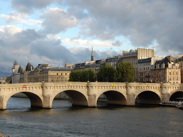 Конструкцию моста составляют два отдельных пролета. Семь арок присоединяют остров Сите к правому берегу, и еще пять – к левому. На острове Сите расположен сквер du Vert Galan, что в переводе значит «волокита, пылкий любовник». Это было прозвище Генриха IV, в честь которого и назвали парк.