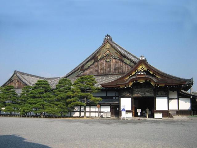 Дворец занимает территорию в 11 га, которую окружает глинобитная стена, покрытая черепицей. Во дворец ведут шесть ворот, но туристам разрешен вход только через ворота Сейсёмон или Кого-гомон.