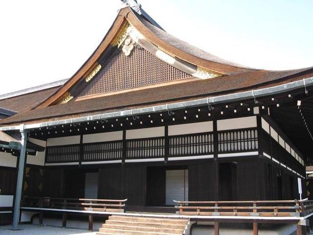 Центром дворца является Церемониальный зал, позади которого двор, усыпанный белой галькой. В этом зале возводят на трон японских императоров.