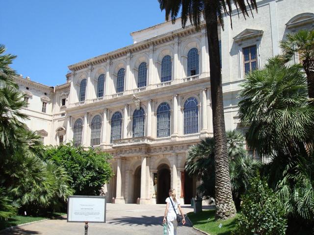 Заказчиком такого грандиозного строительства был Маффео Барберини. После смерти Маффео дворец перешел в казну папы. На данный момент в здании дворца находится Национальная галерея старинного искусства.