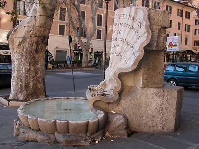 Возле дворца возвели фонтан Пчел, работы Бернини. Этот небольшой фонтан известен на весь мир не только за счет знаменитого автора, а еще из-за своей необычной формы. Фонтан представляет собой раковину, на которой расположились отдохнуть пчелы. Пчелы являлись символом семьи Барберини, которые и были хозяевами дворца.