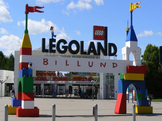 LegoLand разделен на девять автономных миров. Основу Леголенда составляет город в миниатюре: здесь ездят игрушечные автомобили, стоят миниатюрные домики, даже есть свой аэропорт и морские порты. Посетители чувствуют себя настоящими великанами в этом игрушечном городке.