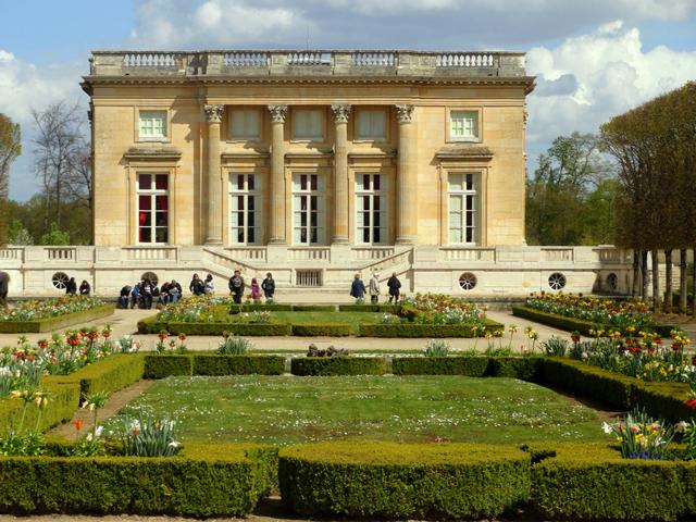 Павильон, который снаружи полностью выложили фаянсовыми предметами, был посвящен любимой женщине короля Людовика XIV – маркизе де Мопассан.