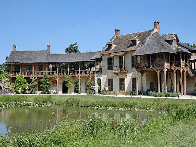 Ферма Марии Антуанетты – идеальная деревня из двенадцати домиков, раскинувшаяся по берегам Большого озера.