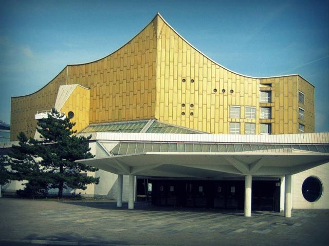 Филармония строилась в период с 1960 по 1963 года по проекту известного немецкого архитектора Ганса Шаруна. Здание считается одним из самых уникальных и необычных, ведь имеет неповторимую форму.