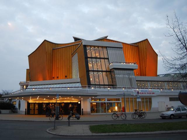 Сооружение полностью ассиметрично и имеет огромный пятиугольный концертный зал, что находится посередине. Берлинская филармония отличается тем, что состоит из двух залов: большого (который рассчитан на 2440 зрителей) и Камерного (1180 зрителей). Причем последний достраивали уже в 80-х годах прошлого столетия.