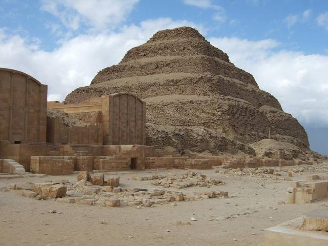 Эту пирамиду составляют шесть ступеней. Вначале сооружение было высотой 62 метра и покрыто белым известняком. Однако сейчас большая часть покрытия отошла.