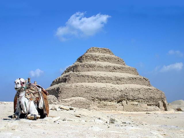 Пирамида Джосера считается самой старой постройкой из камня, которая дошла до нас.