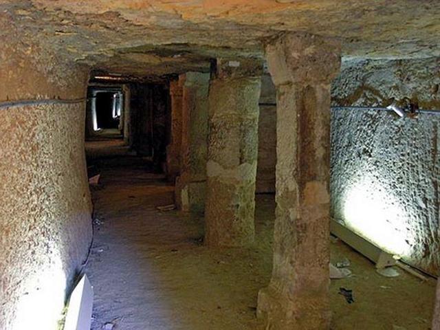 С внутренней стороны постройка отделана кирпичами, изготовленными из глины, дерева и камыша.