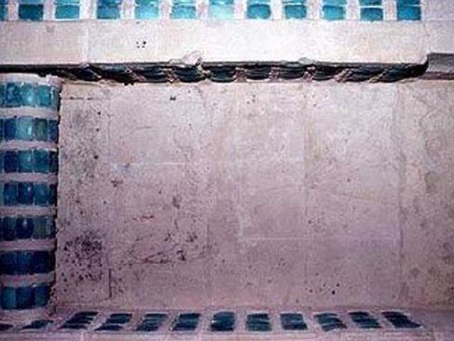 Гробница Джосера располагается на глубине двадцати восьми метров. Туда идет вертикальная шахта, которая была закрыта гранитной глыбой, весившей  три тонны.
