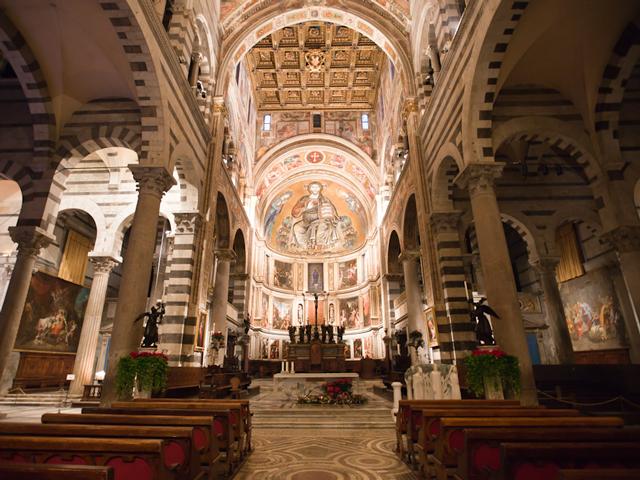 Изюминками интерьера являются величественная готическая кафедра и позолоченный потолок, создатели которых –  знаменитые Пизано, отец и сын. В апсиде находится огромная фигура Спасителя.