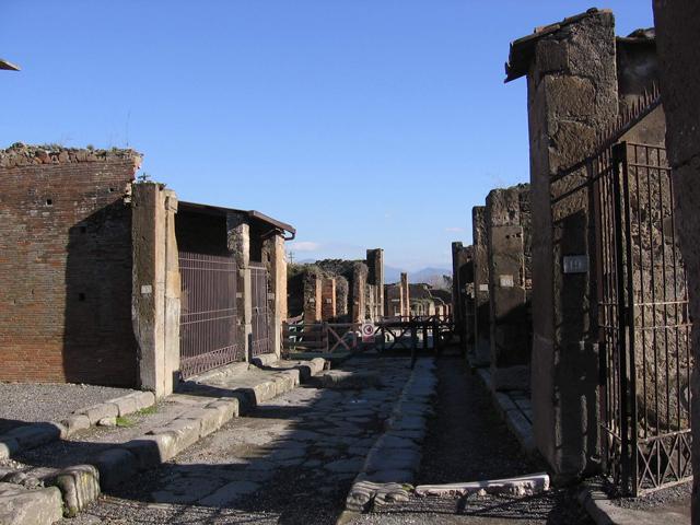 Помпеи обнаружили в 16 веке совершенно случайно, когда проводили водопровод. Под толщей земли находилось большое количество разнообразных сооружений. О находке быстро узнали кладоискатели, которые ринулись сюда на поиски сокровищ.