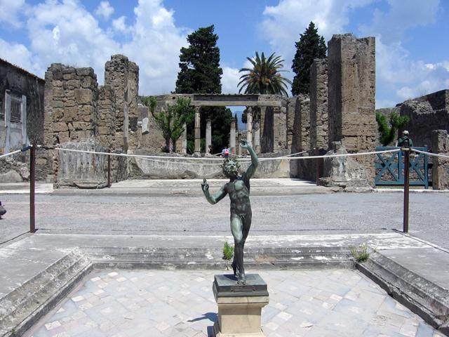 До сегодняшнего дня сохранился в хорошем состоянии  храм Аполлона, где у входа стоит скульптура бегущего бога.