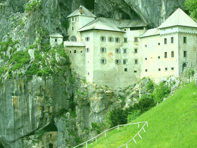 Предъямский замок считается, наверное, самым уникальным чудом света. Он располагается недалеко от Постойнской пещеры. Главной его особенностью можно считать то, что замок был построен на недоступной скале, что возвышается на 123-метровой высоте.